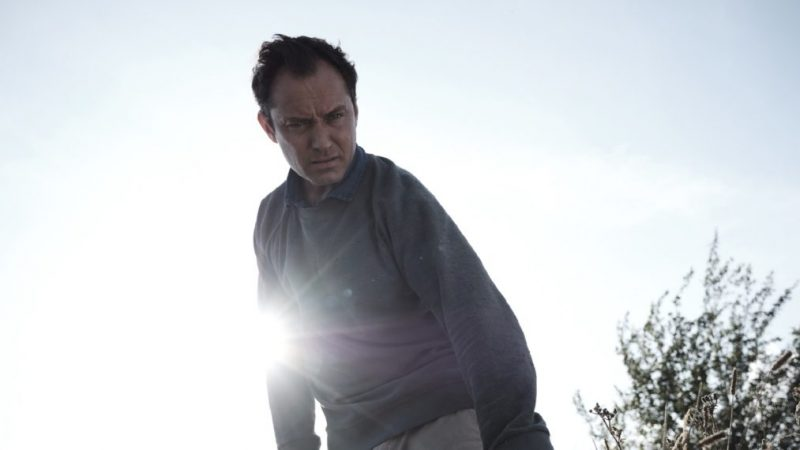 Jude Law présente le thriller « intense » et atmosphérique « Le troisième jour »