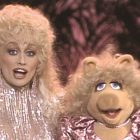 Voir le duo inédit de Dolly Parton et Miss Piggy pour `` I'm a Hog For You Baby '' (VIDEO)