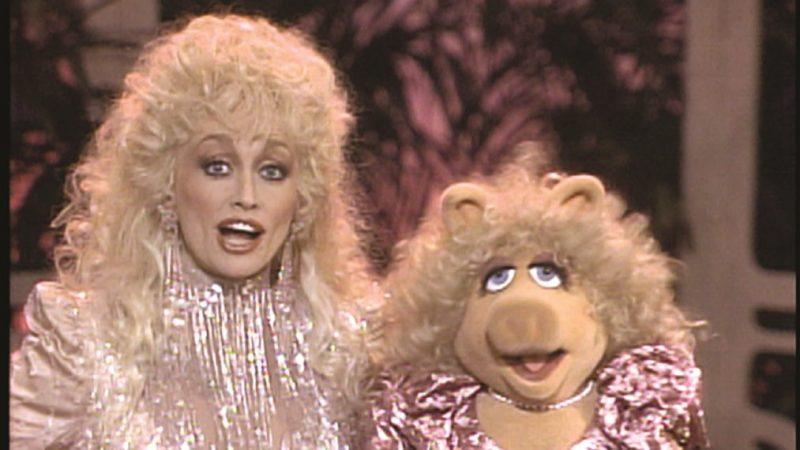 Voir le duo inédit de Dolly Parton et Miss Piggy pour « I'm a Hog For You Baby » (VIDEO)