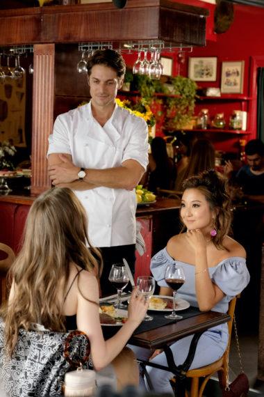 Lily Collins Ashley Park Emily à Paris Episode 2