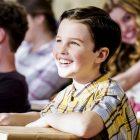 Le patron de 'Young Sheldon' sur l'obtention du diplôme et plus d'oeufs de Pâques 'Big Bang' dans la saison 4