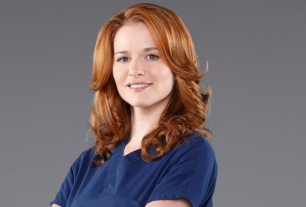 La vétérinaire de Grey's Sarah Drew revient à la télévision avec un rôle dans l'été cruel de Freeform