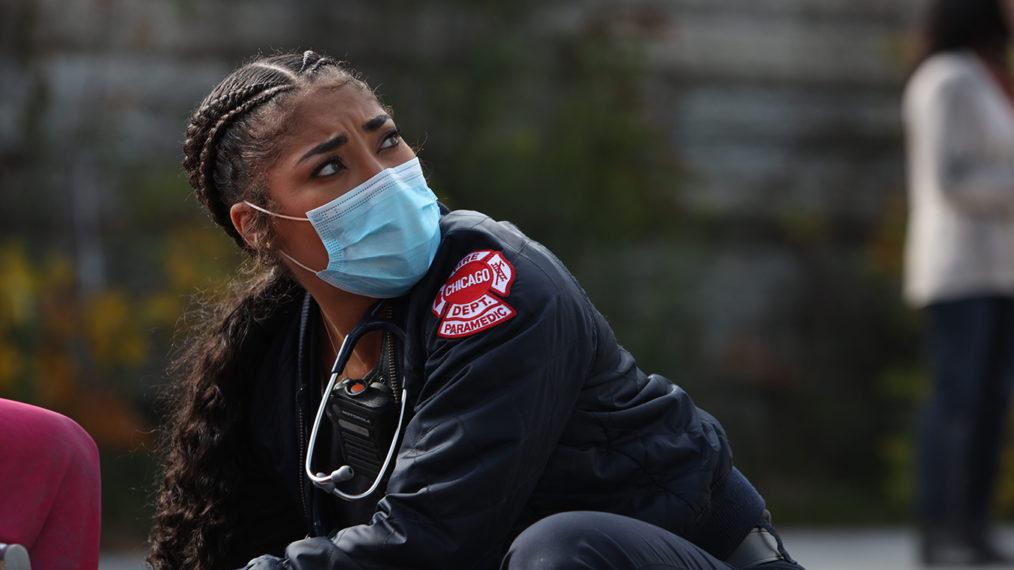 Le nouveau paramédic de Chicago Fire taquine un appel dangereux pour Ambo 61