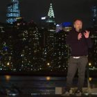 Colin Quinn dans `` A Parking Lot Comedy Show '', son stand-up-docu hybride sur HBO Max