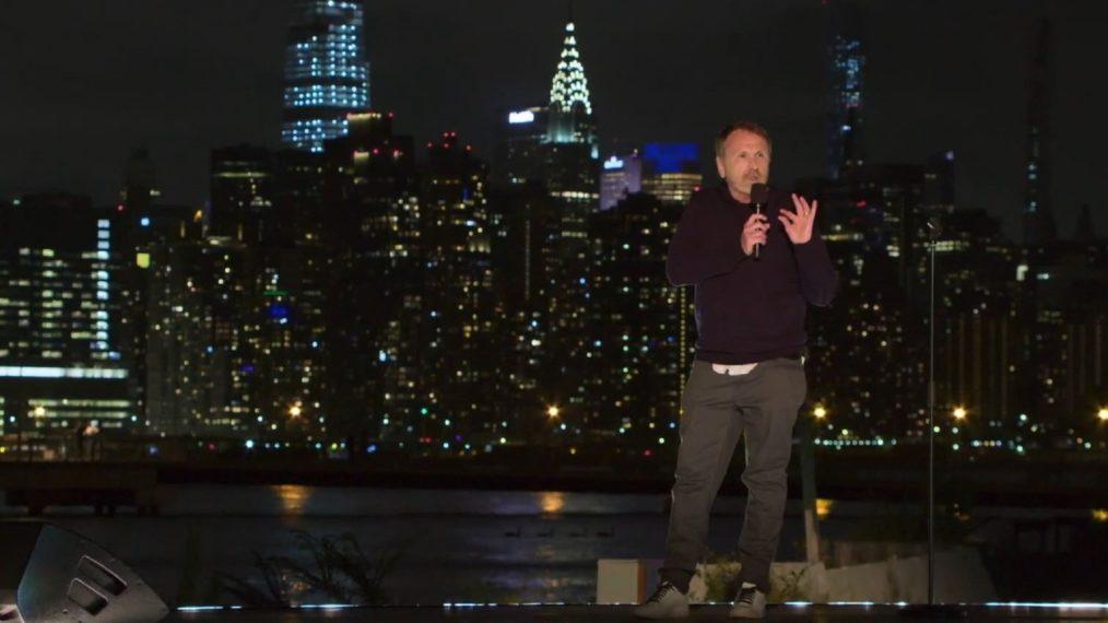 Colin Quinn dans « A Parking Lot Comedy Show », son stand-up-docu hybride sur HBO Max