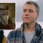 Alien résident d'Alan Tudyk insiste sur le fait qu'il est `` juste un humain normal '' dans la bande-annonce de Syfy