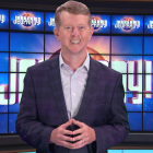 Ken Jennings fait ses débuts en tant que Jeopardy!  L'hôte invité dit aux téléspectateurs que `` Personne ne remplacera jamais le grand Alex Trebek '' - De plus: notez son premier épisode