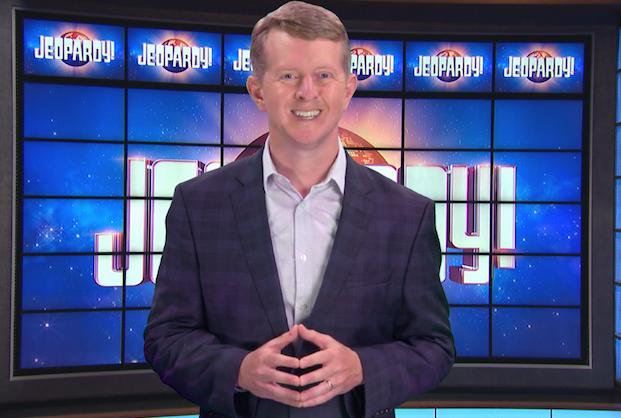 Ken Jennings fait ses débuts en tant que Jeopardy!  L'hôte invité dit aux téléspectateurs que « Personne ne remplacera jamais le grand Alex Trebek » – De plus: notez son premier épisode