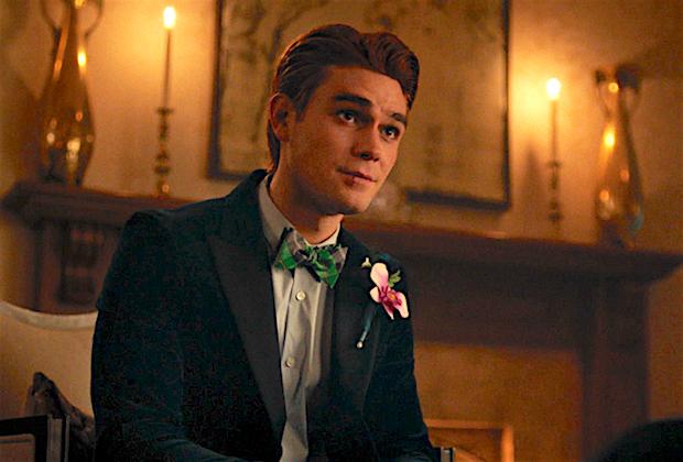 KJ Apa de Riverdale parle de la soirée de bal d'Archie (et laisse tomber de gros indices de saut dans le temps)