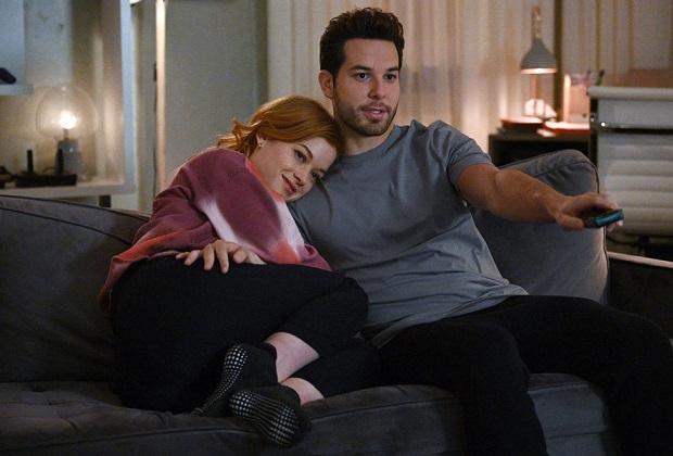 Liste de lecture de Zoey: Skylar Astin parle des problèmes relationnels de Max et Zoey, du facteur Simon et du duo avec Mo