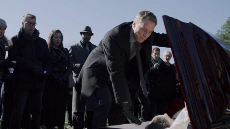 « Resident Alien » Sneak Peek met le plaisir à l'enterrement (vidéo)