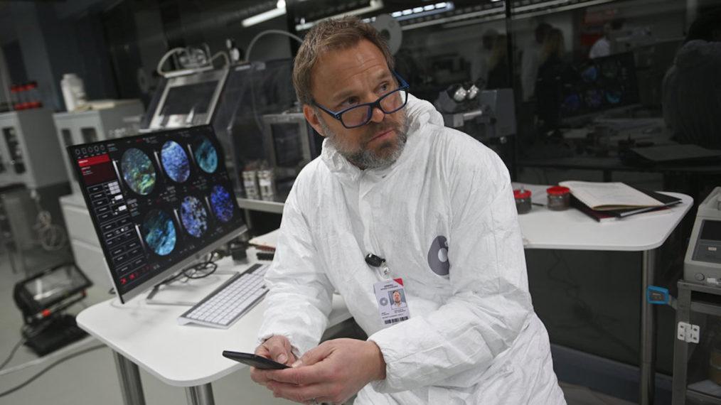 Norbert Leo Butz, star de « Débris », explique comment « les débris » sont un « jeu d'échecs » politique dans un mystère de science-fiction