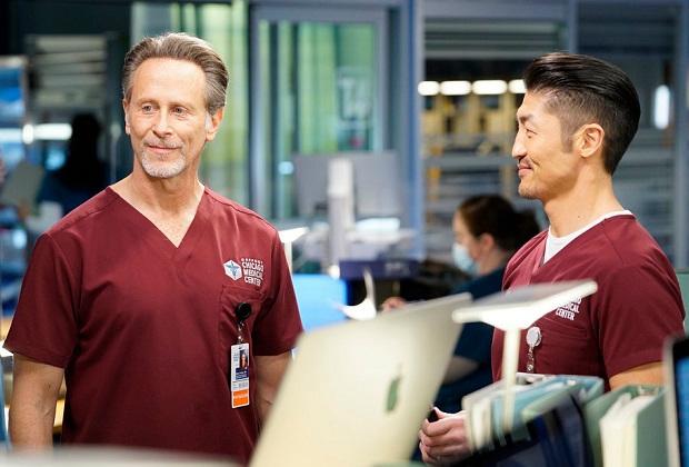 Steven Weber taquine son rôle « compliqué » à Chicago Med, Mulls Wings Revival