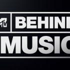 Allez `` derrière la musique '' avec Jennifer Lopez, LL Cool J, Ricky Martin et Huey Lewis sur Paramount + (VIDEO)