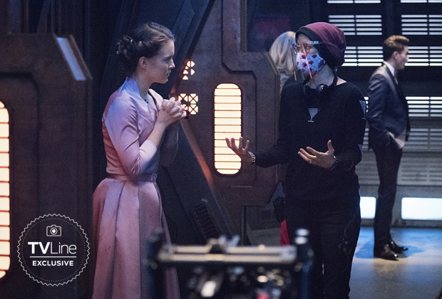 Chyler Leigh réalisant Supergirl Saison 6