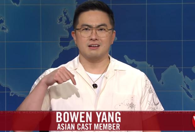 Mise à jour du week-end SNL: Bowen Yang vous exhorte à « faire le plein d'énergie, faire plus » pour lutter contre les crimes haineux anti-asiatiques