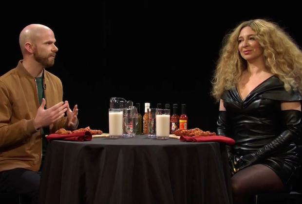 Vidéo SNL: Beyoncé de Maya Rudolph ne peut pas gérer ses ailes chaudes – Regardez