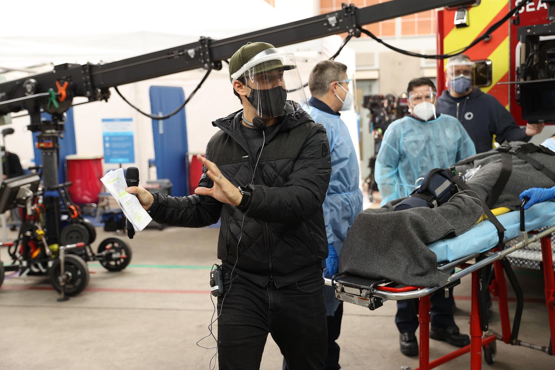 Giacomo Gianniotti réalisant la saison 17 de Grey's Anatomy