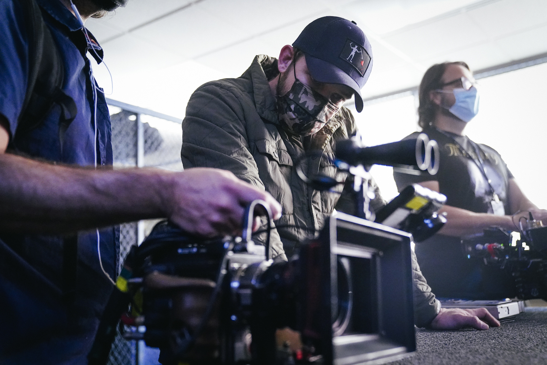 Max Thieriot réalisant SEAL Team Saison 4