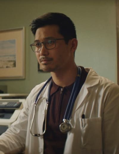 Ryan en tenue de docteur - Kung Fu Saison 1 Episode 3
