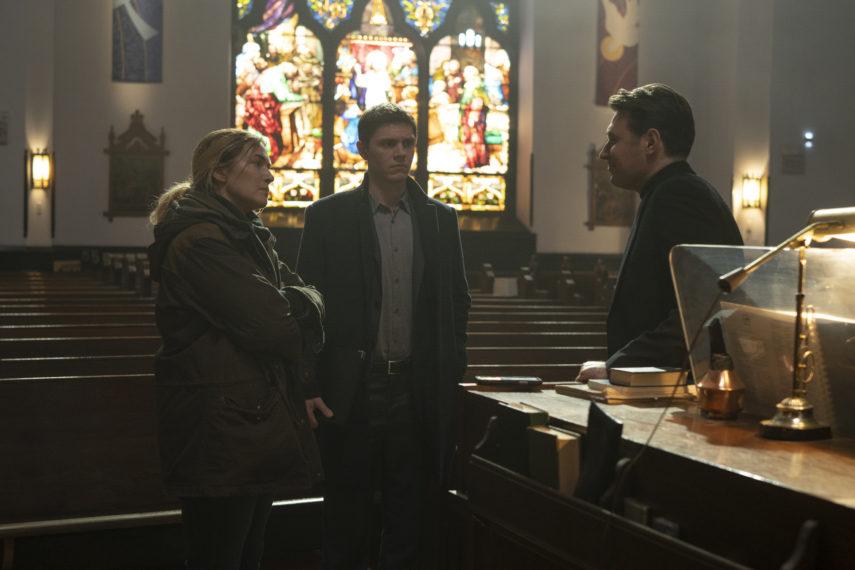 Kate Winslet, Evan Peters et James McArdle dans Mare of Easttown Episode 3