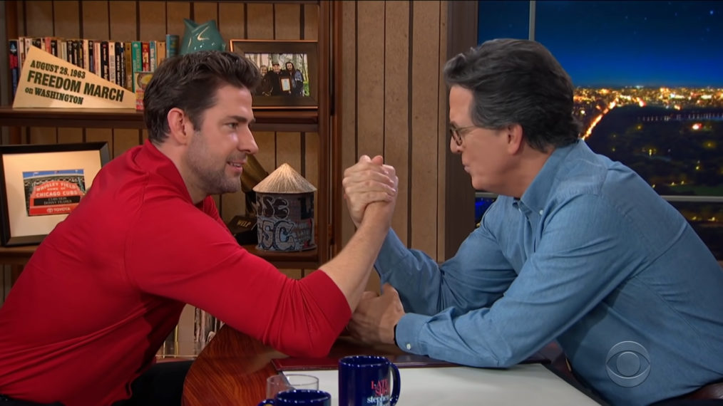 John Krasinski est le premier invité en studio de Stephen Colbert en 14 mois (VIDEO)