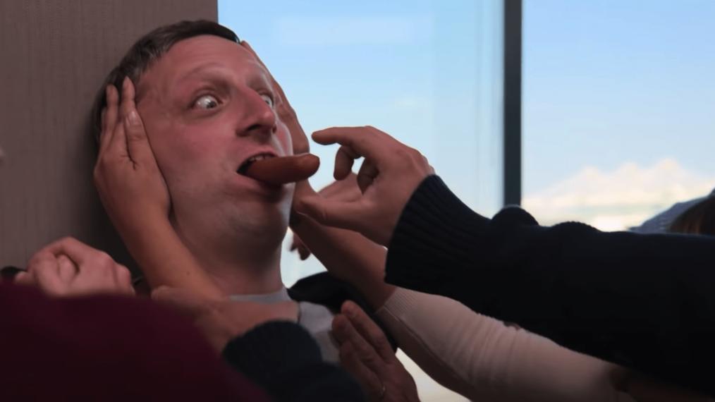 «Je pense que vous devriez partir» devient encore plus ridicule dans la bande-annonce de la saison 2 de Star-Studded (VIDEO)