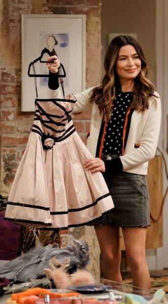 Carly avec une robe de tapis rouge - iCarly Saison 1 Épisode 4