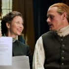 Caitriona Balfe et Sam Heughan admirent le fan art sur le tournage de la saison 6 d'Outlander (VIDEO)