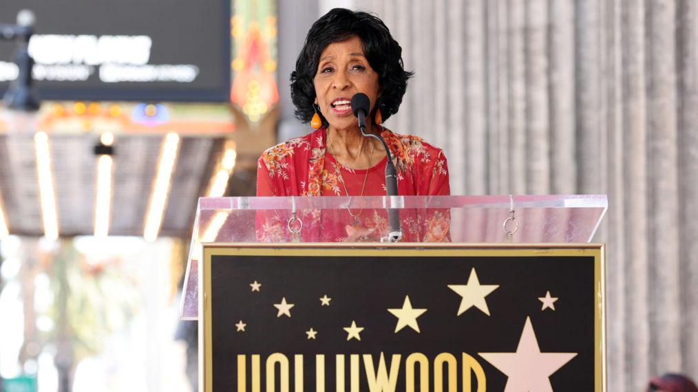 La star des Jeffersons, Marla Gibbs, «va bien» après avoir semblé s'évanouir lors d'un discours sur le Walk of Fame à Hollywood (VIDEO)