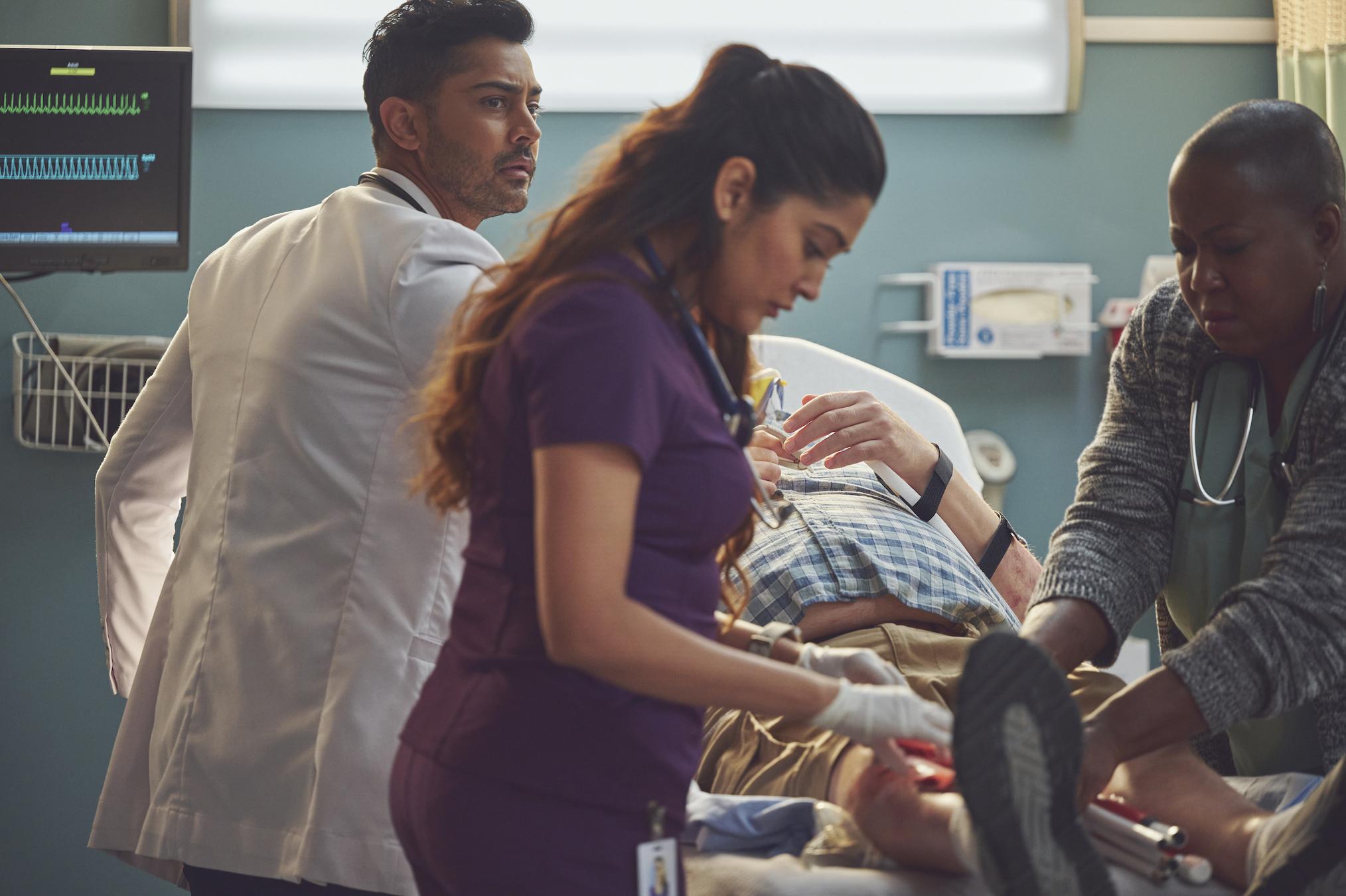 Manish Dayal dans le rôle de Devon, Anuja Joshi dans le rôle de Leela dans The Resident