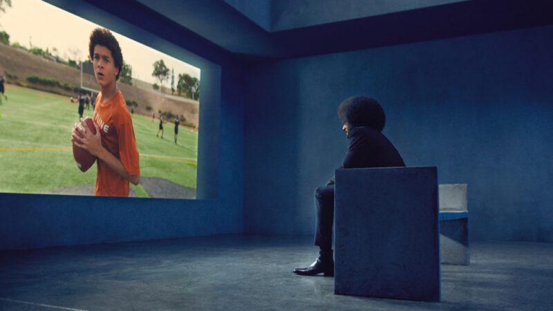 «Colin en noir et blanc»: une nouvelle bande-annonce montre la vie de Kaepernick sur et en dehors du terrain (VIDEO)