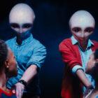 RL Stine et Disney + vous emmènent «juste au-delà» dans les crédits d'ouverture (VIDEO)