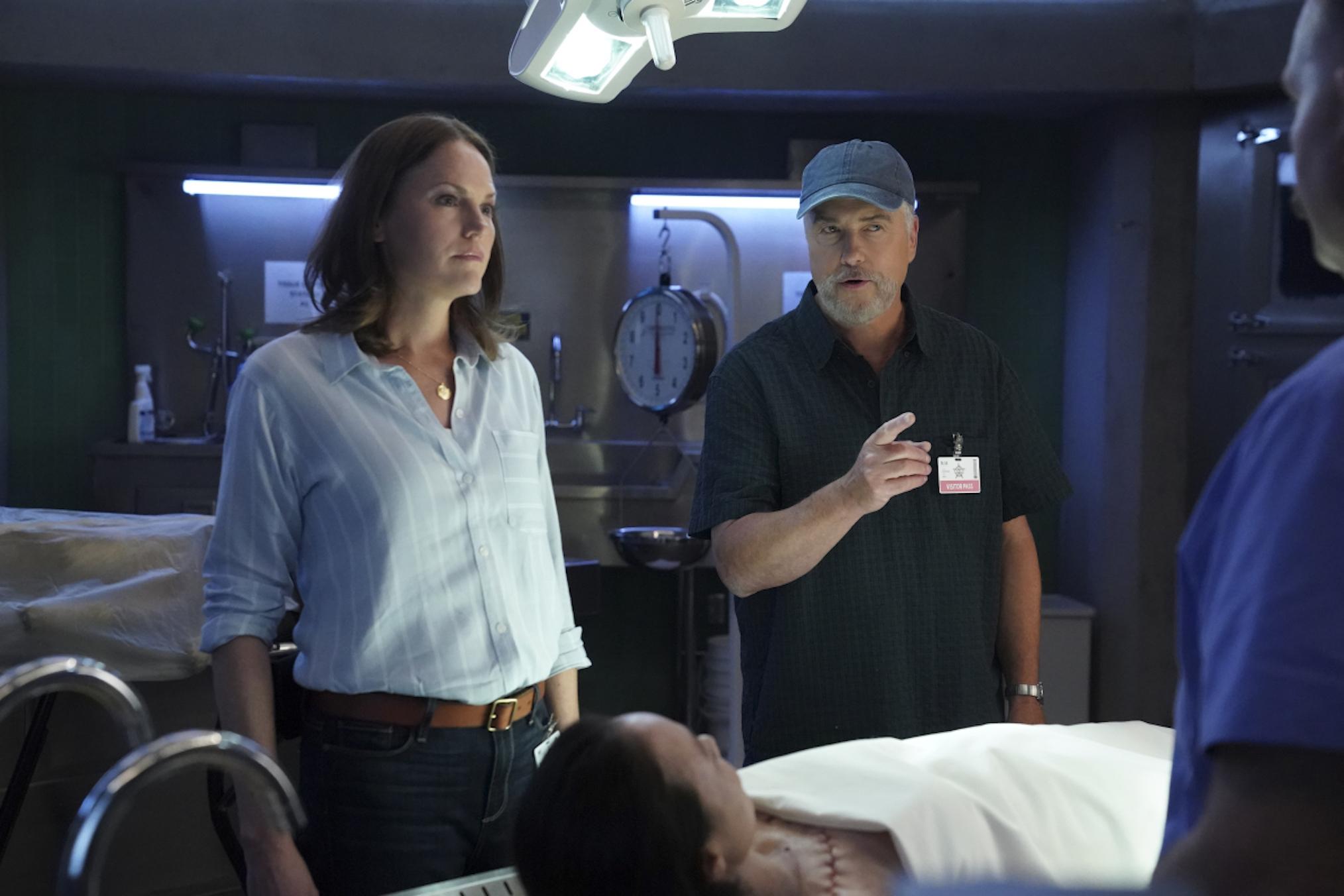 Jorja Fox dans le rôle de Sara Sidle et William Petersen dans le rôle du Dr Gil Grissom dans CSI Vegas