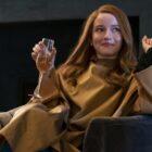 """""""Inventer Anna"""": découvrez Julia Garner dans la série Netflix de Shonda Rhimes (PHOTOS)"""