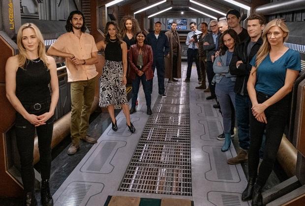 Caity Lotz de Legends présente les nombreux retours du 100e épisode et les scènes de la saison 1, réfléchit sur le voyage de Sara